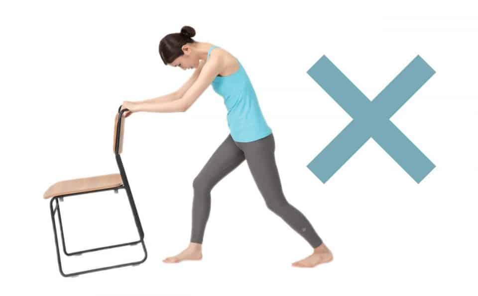 椅子ドンのNGポーズ:後ろの膝がまがる・前傾する・椅子ががたがたする